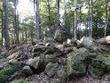 Navalené kameny mezi buky pod vrcholem hory Velký Blaník.