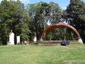 Malé letní pódium a hlediště na Hostýně.