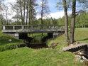 Most přes potok Ležák, po kterém vede silnice z Miřetic a Dachova na Dřeveš, ano je to uprostřed vesnice Ležáky.