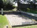 Symbolická připomínka na osudy příslušníků jednotlivých národů za terezínským krematoriem – ČESKOSLOVENSKO.