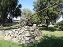 Dělo, umístěné v západní části pevnosti, v ulici Dukelských hrdinů, je postaveno na malém kamenném valu.
