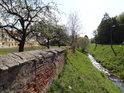Zděný plot mezi velehradským klášterem a potokem Salaška už téměř pláče o rekonstrukci.
